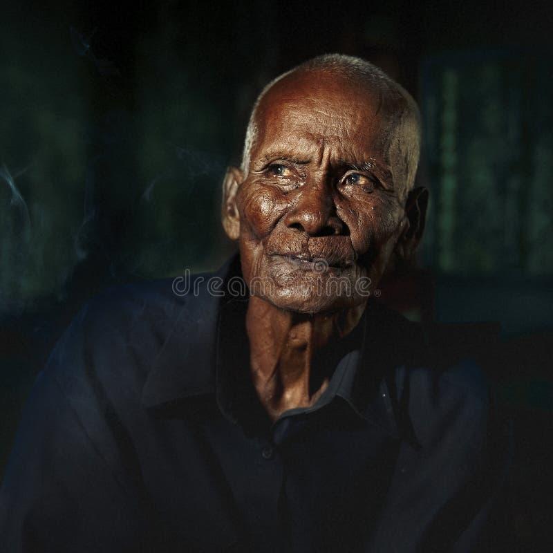 Tristeza adulta mayor asiática del hombre presionada fotografía de archivo