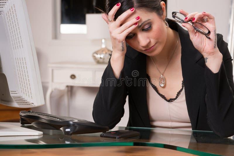 Tristeza de Rubs Head Depression do gestor de escritório da mulher de negócio imagens de stock royalty free