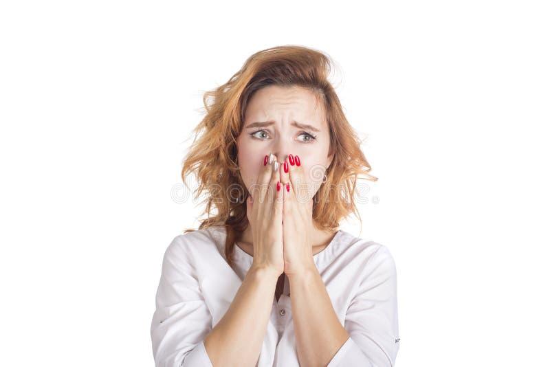 Tristezza ed emergenza emozionale Situazione stressante nella difficoltà e nell'ansia del lavoro Giovane donna nel grido bianco d fotografia stock libera da diritti