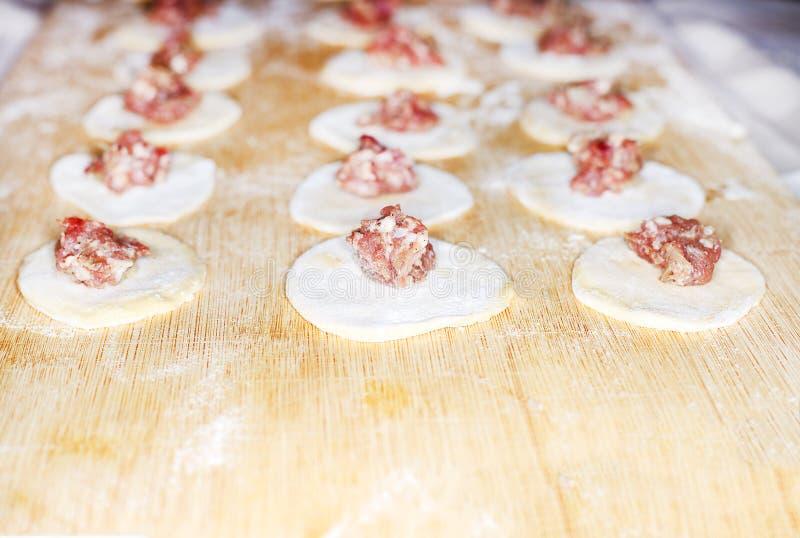 Triti sul cerchio della pasta Gnocchi della carne della preparazione immagine stock