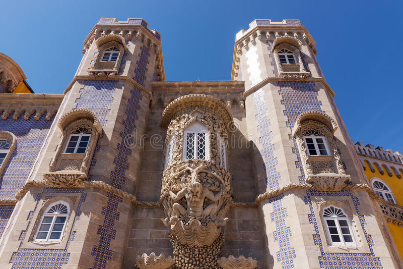 Triton sobre o arco de lanceta, palácio nacional de Pena, Sintra imagens de stock