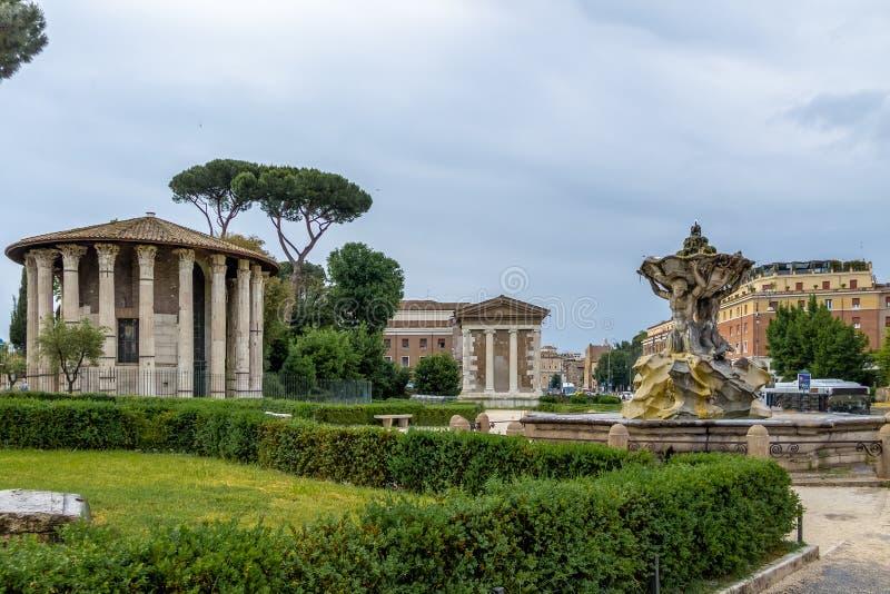 Tritons fontanna i świątynia Hercules zwycięzca - Rzym, Włochy zdjęcie stock