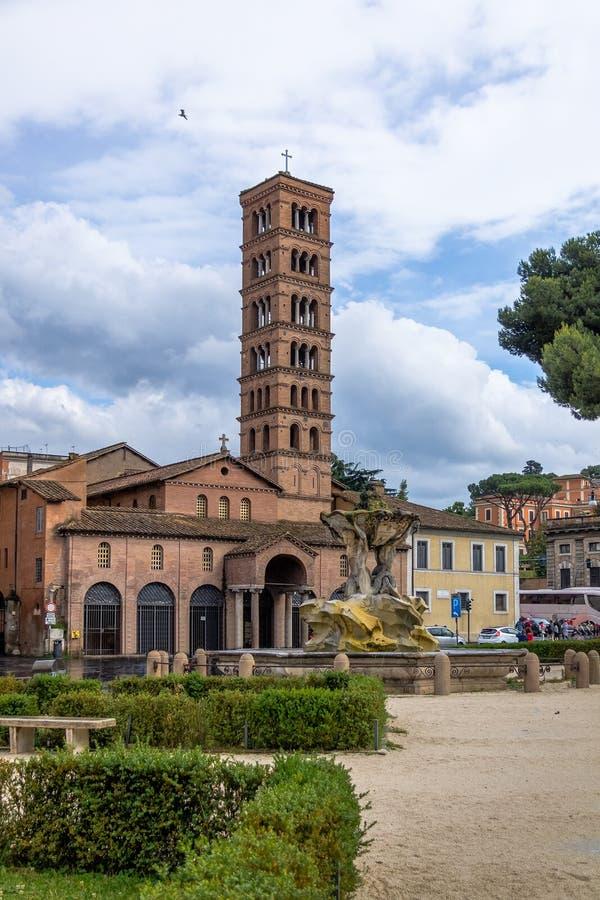 Tritonsfontein en Basiliek van Heilige Mary in Cosmedin - Rome, Italië stock afbeeldingen