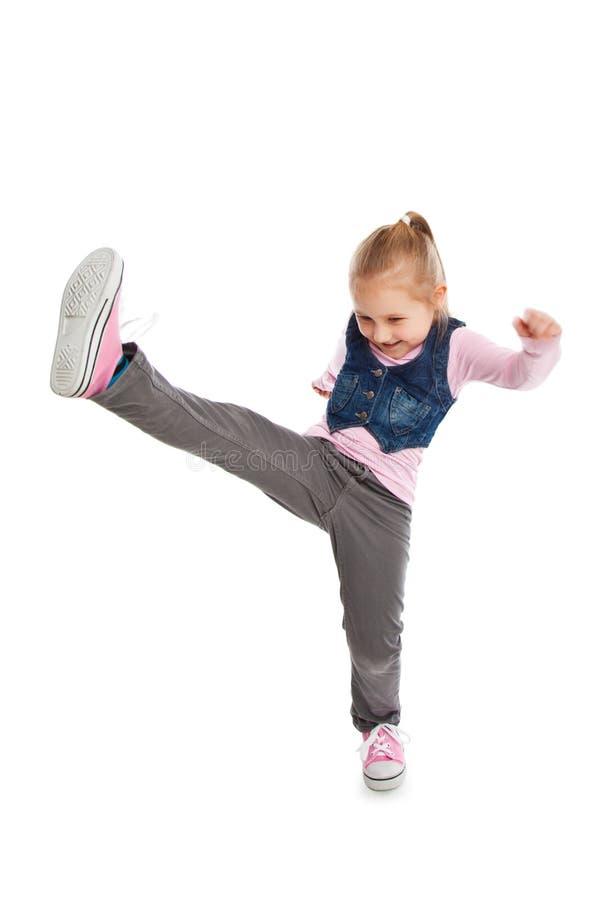 Tritt des kleinen Mädchens durch Fuß. lizenzfreie stockbilder