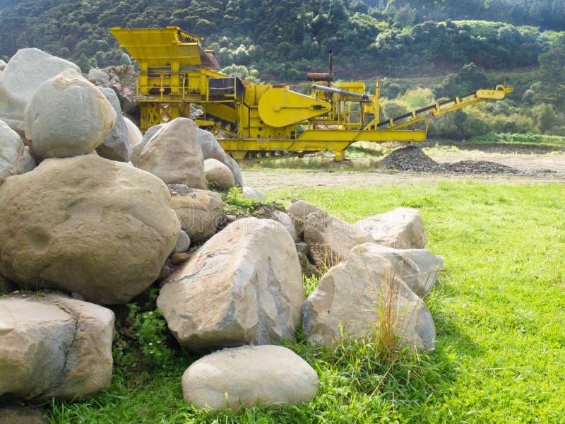 Triturador da rocha do setor mineiro no poço de pedra da pedreira imagens de stock