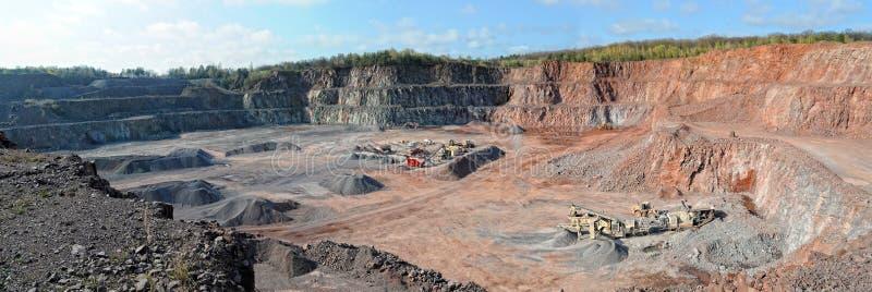 Triturador de pedra em uma pedreira Sector mineiro imagens do panorama imagens de stock