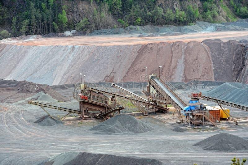 Triturador de pedra na mina de superfície Imagem de HDR imagem de stock royalty free