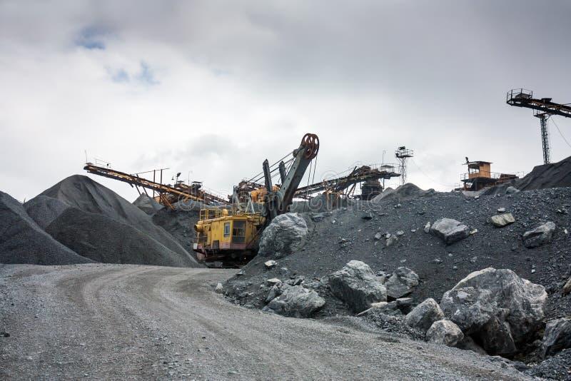 Triturador de pedra na pedreira da mina de superfície imagens de stock royalty free