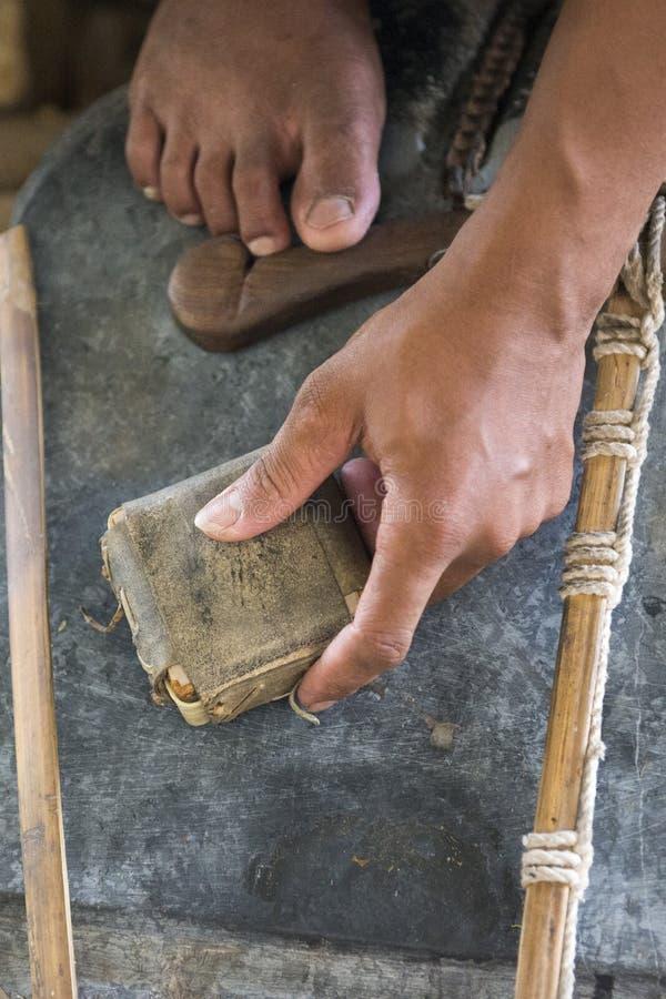 TRITURADOR DEL ORO DE ASIA MYANMAR MANDALAY fotos de archivo libres de regalías