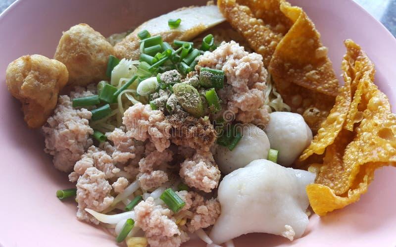 Triture o macarronete da carne de porco com as bolas de peixes sevaral e wonton friável imagem de stock royalty free