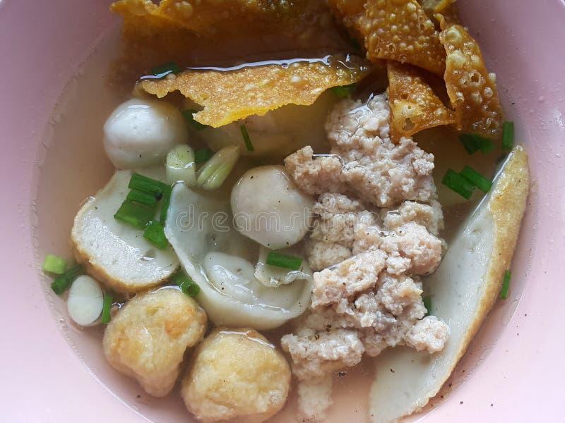 Triture o macarronete da carne de porco com as bolas de peixes sevaral e wonton friável imagens de stock
