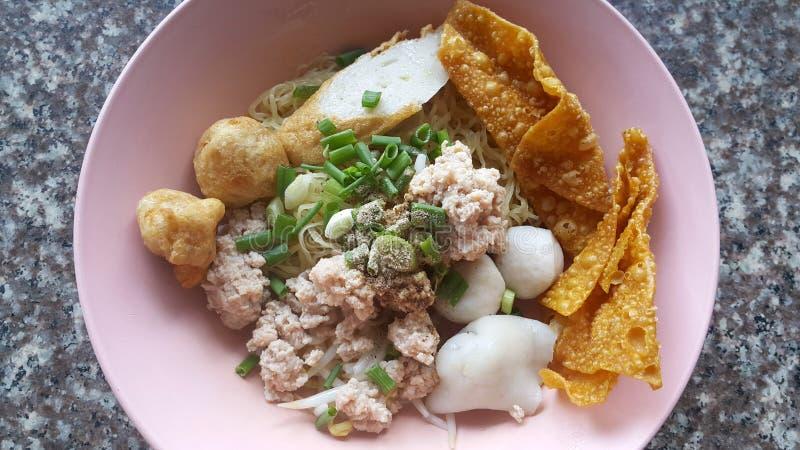 Triture o macarronete da carne de porco com as bolas de peixes sevaral e wonton friável fotos de stock