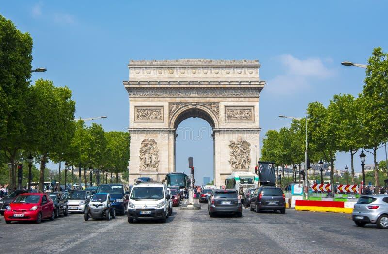 Triumf- båge Arc de Triomphe och mästareElysee aveny, Paris, Frankrike royaltyfri foto