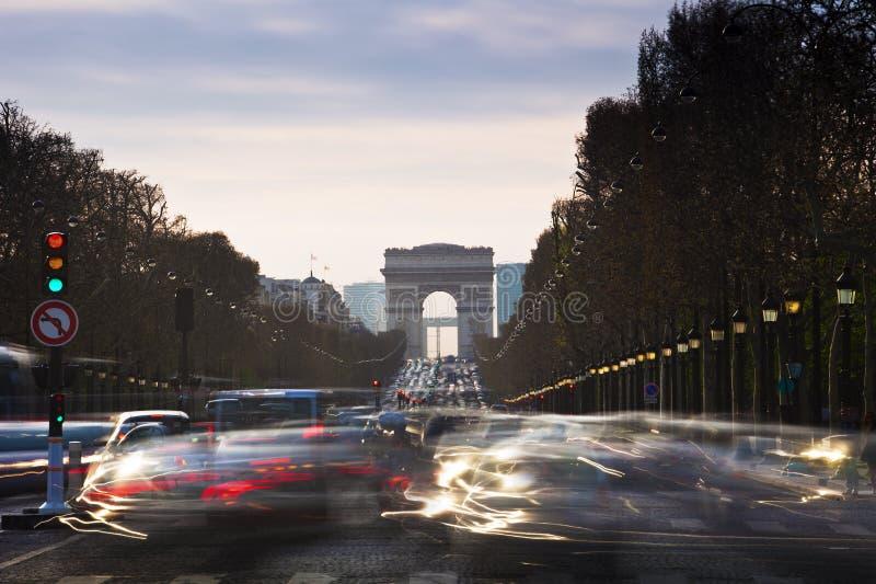 Triumf- båge och mästare Elysses med rörande bilar i Paris arkivfoto