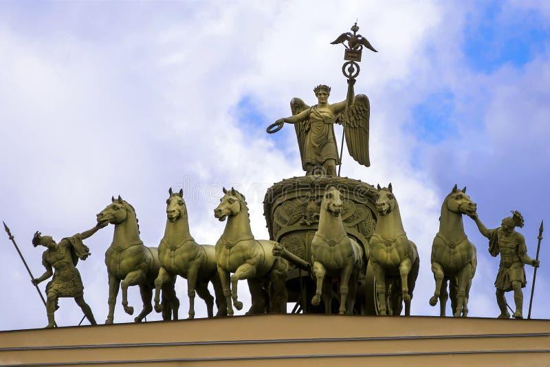 Triumfalny łuk sztaba generalnego budynek W świętym Petersburg zdjęcie stock