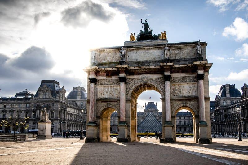 Triumfalny ?uk przed louvre muzeum obrazy royalty free