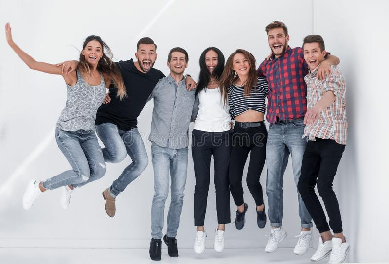 Triumferande grupp av ungdomar royaltyfri fotografi