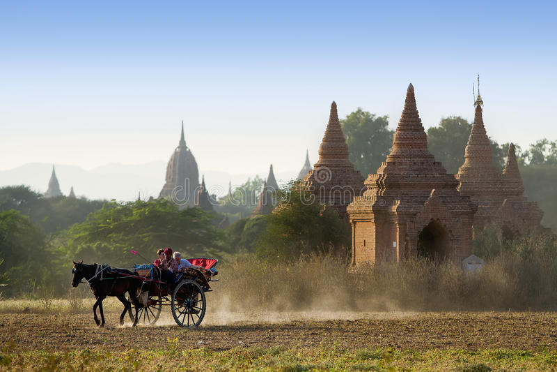Triumfvagnsikt som ser i Bagan, Myanmar royaltyfri fotografi