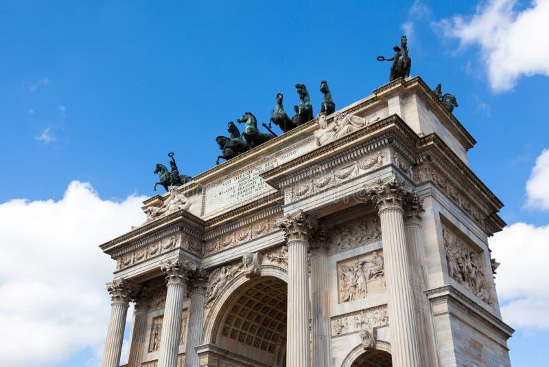 Triumph båge - Arco Della Pace i Sempione parkerar i Milan, Italien royaltyfria bilder