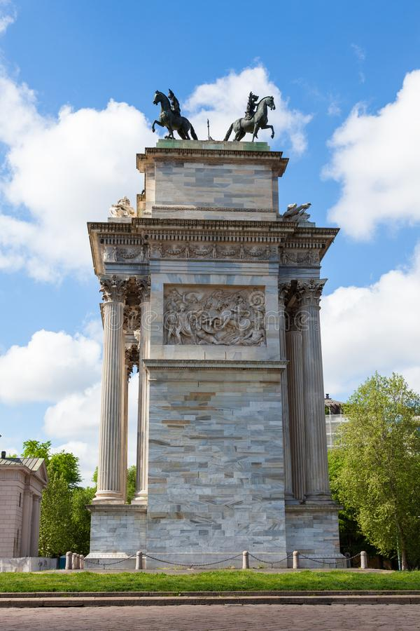 Triumph båge - Arco Della Pace i Sempione parkerar i Milan, Italien royaltyfri foto