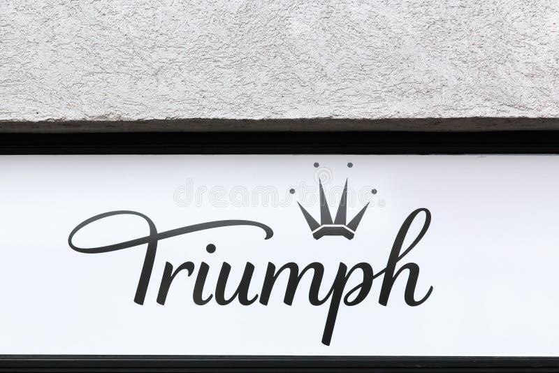 Triumph underkläderlogo på en vägg arkivbild