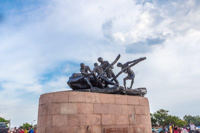 Triumph van de mening van het Arbeidsstandbeeld met blauwe hemel en wolken in de achtergrond en de mensen die zich rond bewegen stock afbeeldingen
