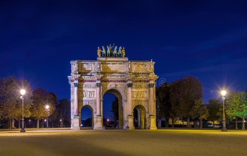Triumphbogen de Carrousel nachts stockbild