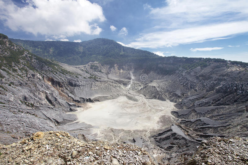 Trivalling alrededor de la montaña de Tangkuban Perahu en Bandung, Indonesia fotos de archivo libres de regalías
