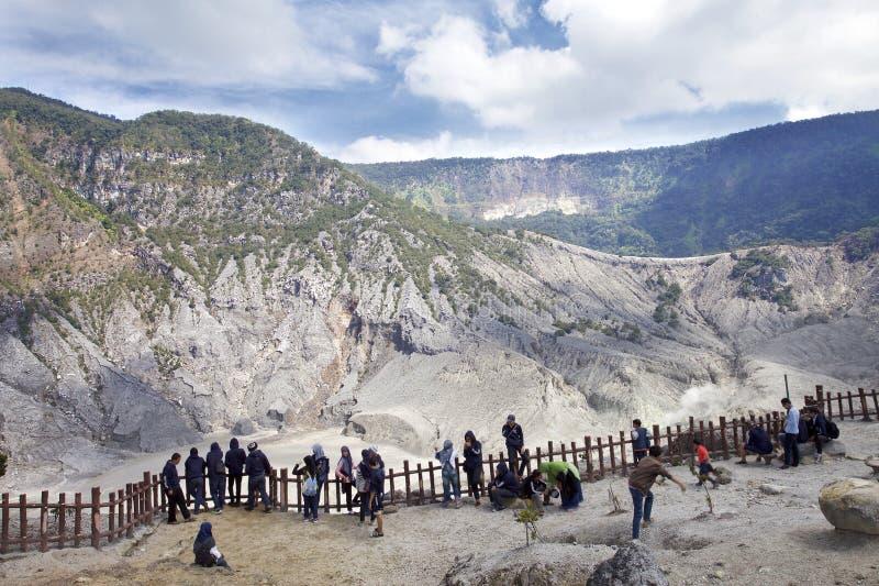 Trivalling alrededor de la montaña de Tangkuban Perahu en Bandung, Indonesia imágenes de archivo libres de regalías
