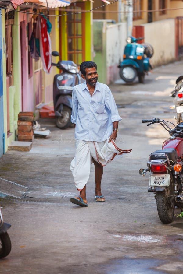Trivandrum, India - Februari 17, 2016: gelukkige mens in de gangen van lungidhotis in de straat stock afbeelding