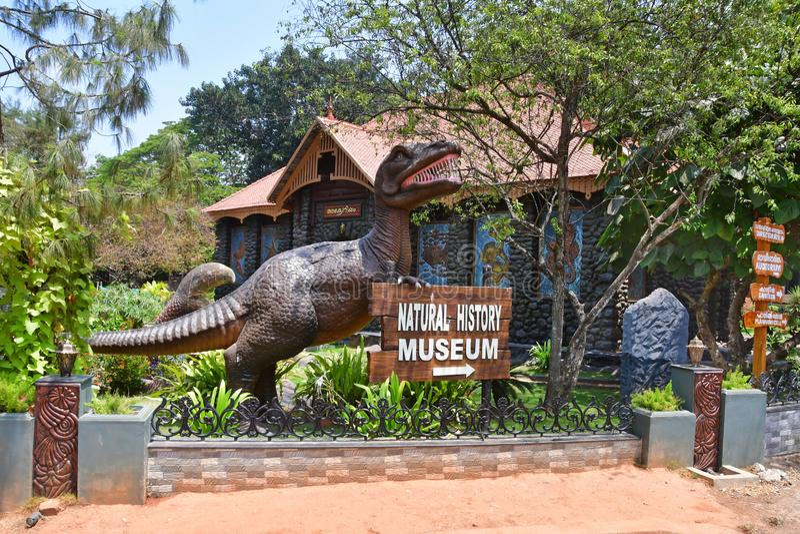 Trivandrum Thiruvananthapuram, état Kerala, Inde, mars, 12, 2019 Sculpture en dinosaure à côté du bâtiment de l'aquarium ded photos stock