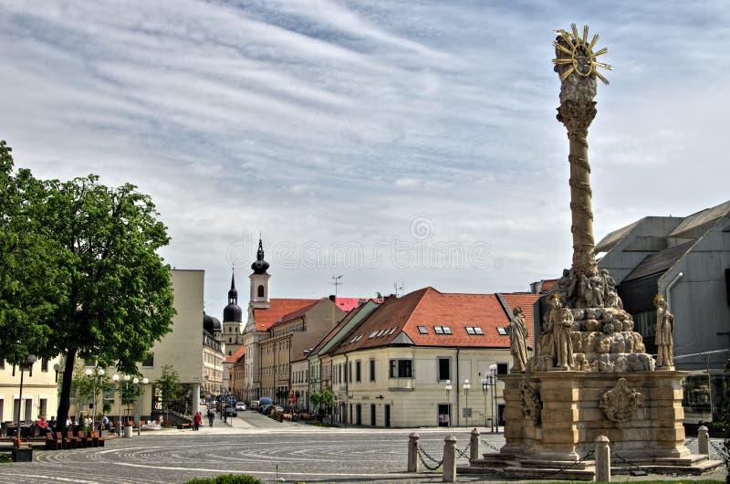 TRNAVA,斯洛伐克本机和访客在城市塔附近漫步Trojicne广场,在Trnava,斯洛伐克 免版税库存图片