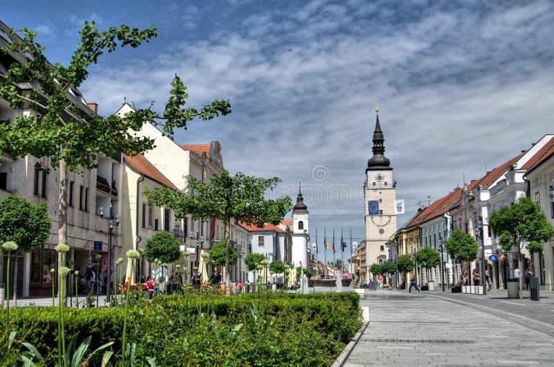 TRNAVA,斯洛伐克本机和访客在城市塔附近漫步Trojicne广场,在Trnava,斯洛伐克 库存照片