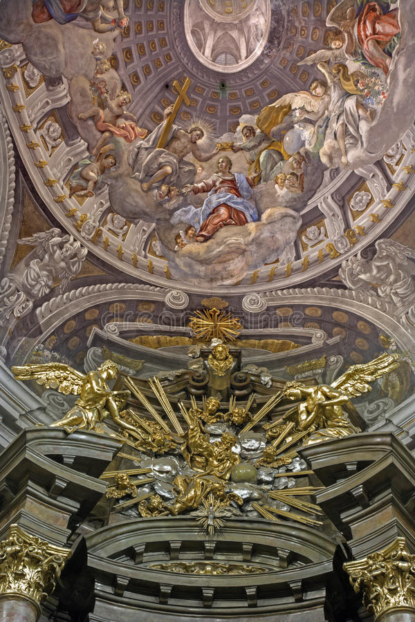 Trnava - coupole avec le couronnement de Vierge Marie par A Hess dans l'église de Saint-Nicolas et l'autel baroque de la chapelle image libre de droits