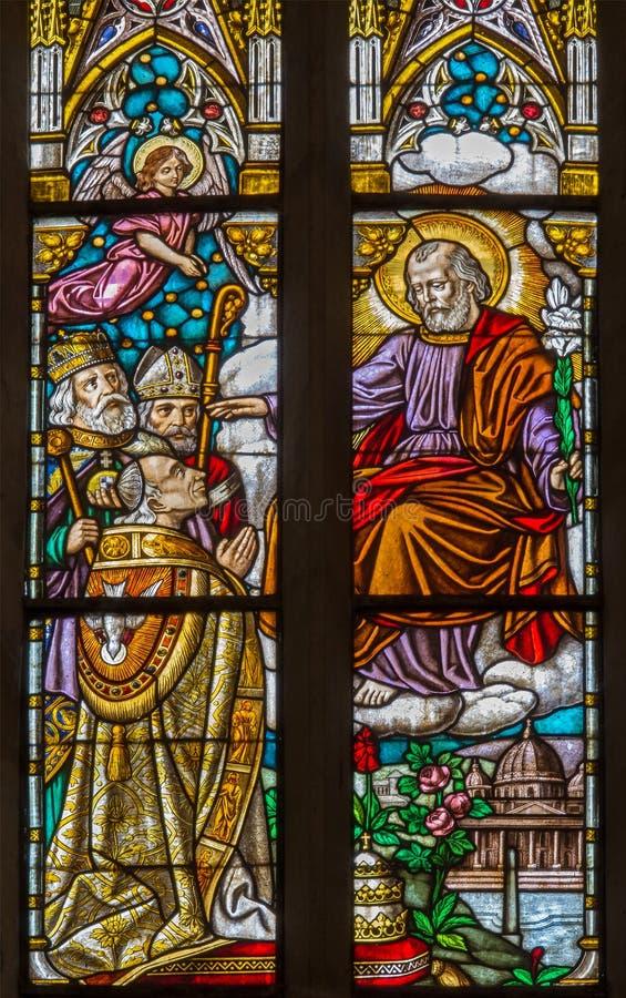 Trnava - der St Joseph und der Bischof auf Fensterscheibenform 19 cent in Sankt- Nikolauskirche lizenzfreie stockfotografie