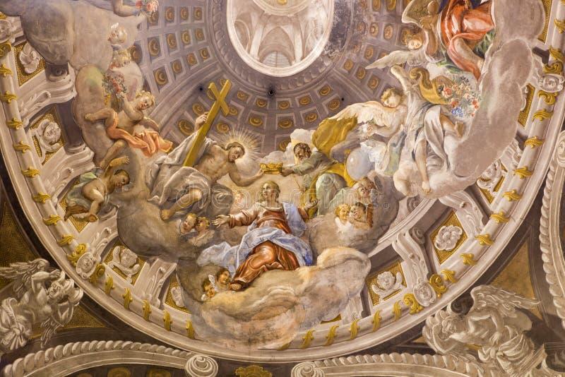 Trnava - el fresco barroco de la coronación de la Virgen María por A Hess en la iglesia de San Nicolás y la capilla lateral de la foto de archivo