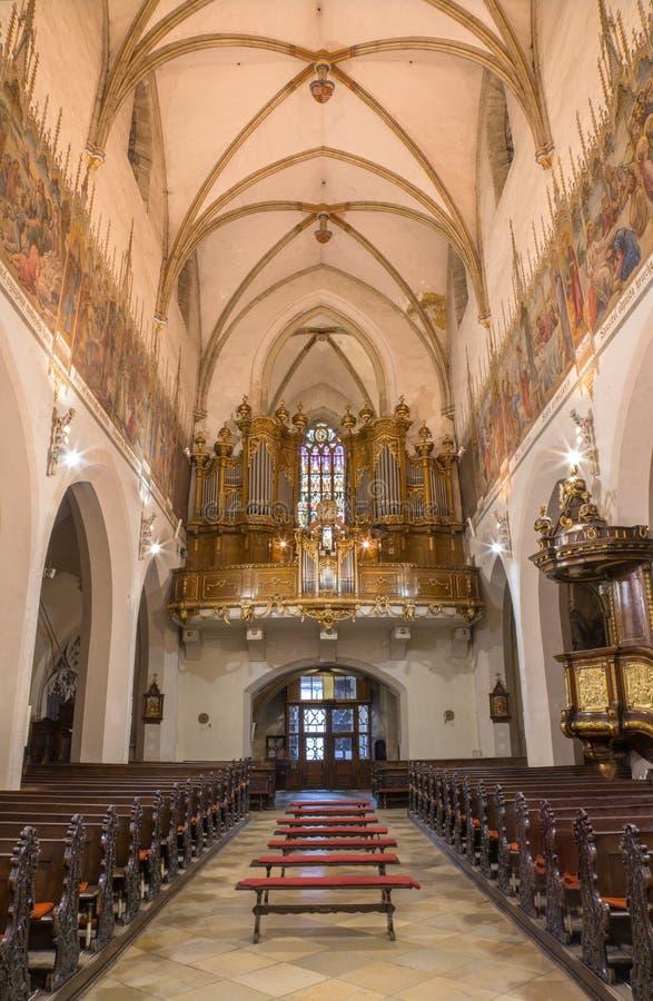 Trnava - het schip van de gotische Sinterklaas-kerk en het orgaan royalty-vrije stock fotografie