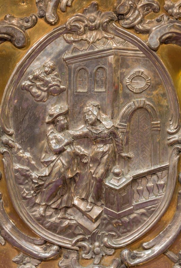 Trnava - le soulagement en métal du Vistiation de Vierge Marie par Elizabeth sur l'autel dans la chapelle de Vierge Marie images libres de droits