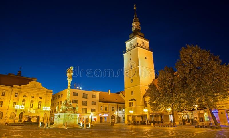 Trnava - o quadrado principal com a sino-torre e a coluna barroco da trindade santamente imagens de stock royalty free