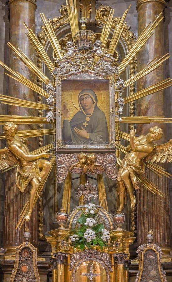 TRNAVA, SLOVAQUIE - 14 OCTOBRE 2014 : L'autel baroque de Vierge Marie dans l'église de Saint-Nicolas images stock