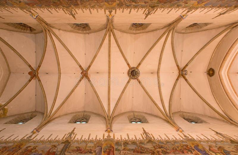 Trnava - taket i skepp av den gpthic St Nicholas kyrkan arkivbild