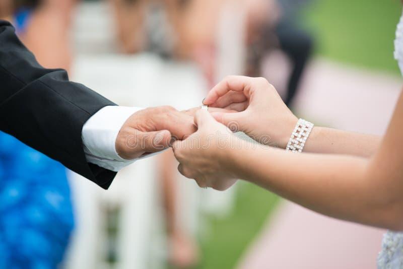 Troca da aliança de casamento foto de stock royalty free