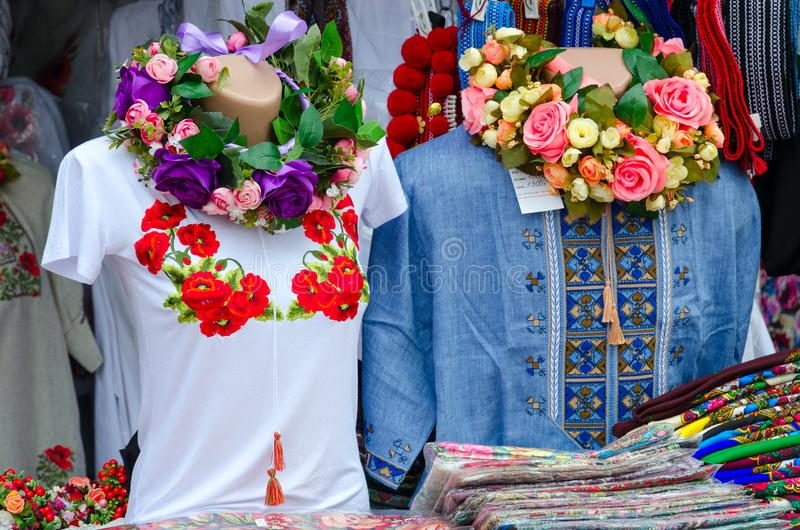 Troca de rua no bazar eslavo em Vitebsk, Bielorrússia Roupa com ponto do bordado, xailes coloridos foto de stock royalty free