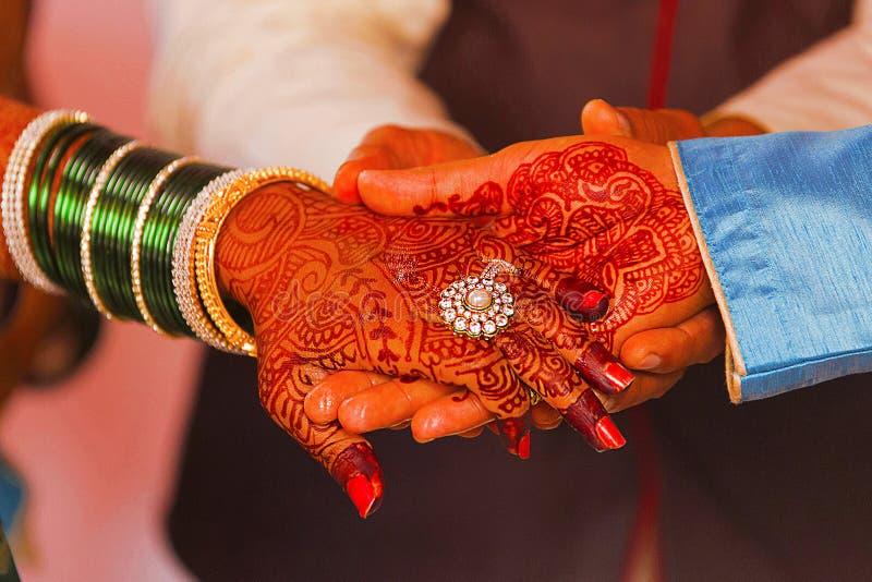 Troca do anel de noivado, um ritual que ocorra antes do casamento hindu fotografia de stock royalty free