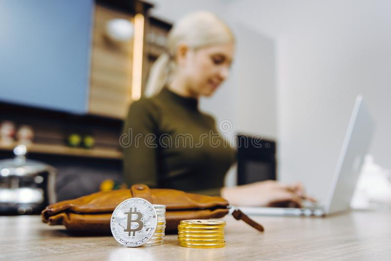 Troca do bitcoin da mulher fotos de stock