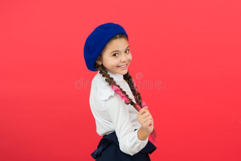 Troca dos estudantes Curso a Paris Aprendendo o franc?s criança feliz no uniforme menina na boina francesa Educa??o imagem de stock royalty free