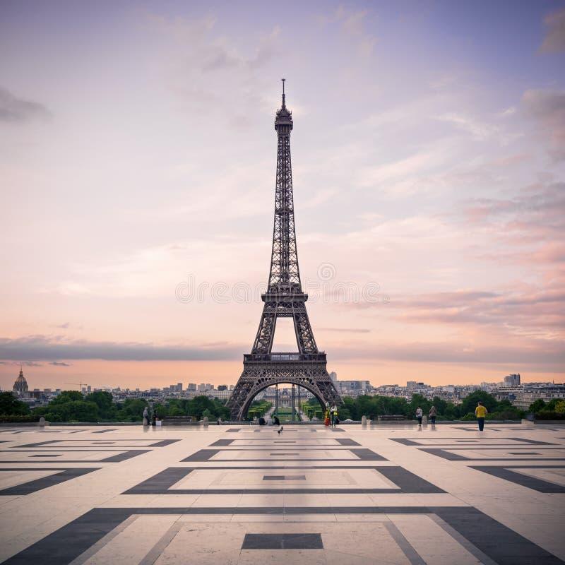 Trocadero e torre Eiffel a sole immagini stock libere da diritti