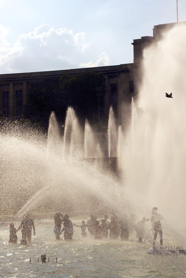 Trocadero fontann upad wieżą eifla Lato fala upałów w wielkim Paryż zdjęcie stock