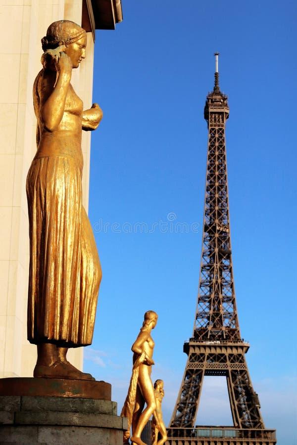 Trocadero złote statuy z wieżą eifla w tle zdjęcia stock