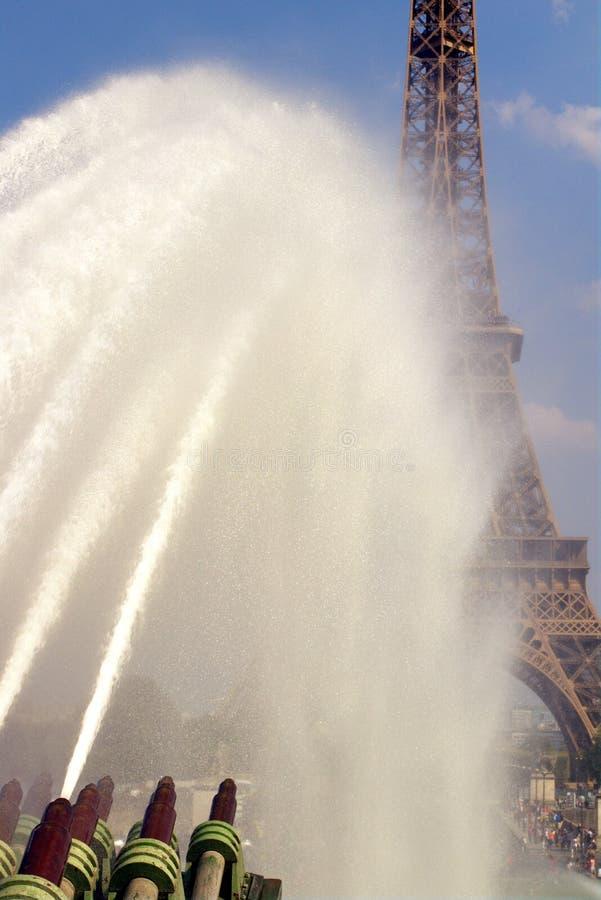 Trocaderofonteinen door de Toren van Eiffel De zomerhittegolf in groter Parijs royalty-vrije stock afbeeldingen